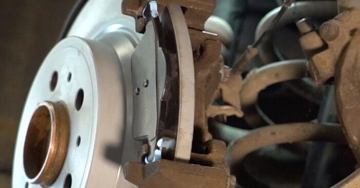 Kaip pakeisti VOLVO V70 II (285) 2.4 2000 Stabdžių Kaladėlės - išsamios instrukcijos ir vaizdo pamokos