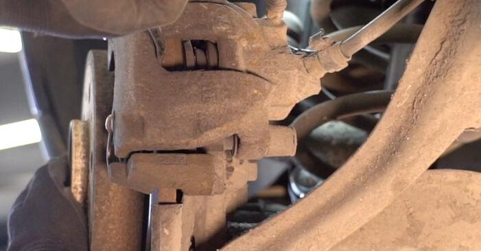 Ar sudėtinga pasidaryti pačiam: Volvo V70 SW 2.4 D 2005 Stabdžių Kaladėlės keitimas - atsisiųskite iliustruotą instrukciją