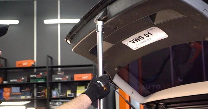 Wie Heckklappendämpfer VW Golf V Schrägheck (1K1) 1.6 2004 austauschen - Schrittweise Handbücher und Videoanleitungen