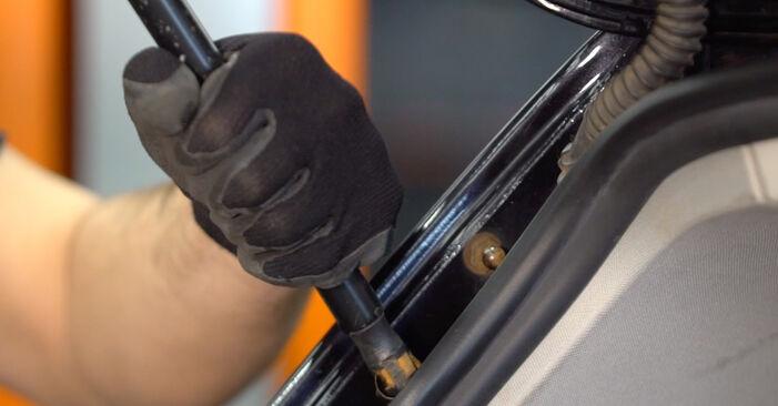 Wie VW GOLF 2.0 TDI 16V 2007 Heckklappendämpfer ausbauen - Einfach zu verstehende Anleitungen online