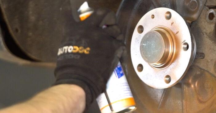 Wie man VW Golf V Schrägheck (1K1) 1.9 TDI 2004 Bremsscheiben wechselt - Schritt-für-Schritt-Leitfäden und Video-Tutorials