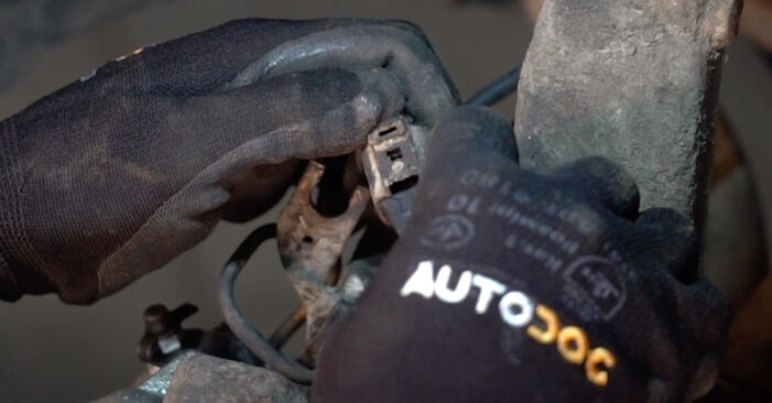 How to change Brake Calipers on VW PASSAT Variant (3B6) 1996 - tips and tricks