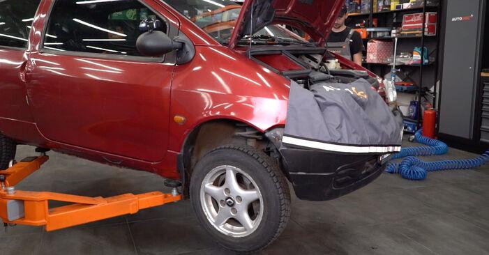 Twingo c06 1.2 16V 1995 Skersinės vairo trauklės galas keitimas: nemokamos remonto instrukcijos