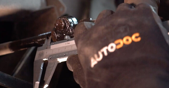 Ar sudėtinga pasidaryti pačiam: Twingo c06 1.0 1999 Skersinės vairo trauklės galas keitimas - atsisiųskite iliustruotą instrukciją
