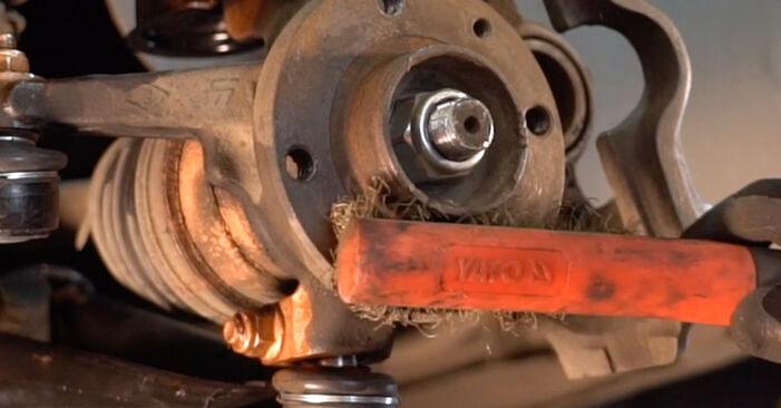 Wie Bremsscheiben RENAULT TWINGO I (C06_) 1.2 16V 1994 austauschen - Schrittweise Handbücher und Videoanleitungen