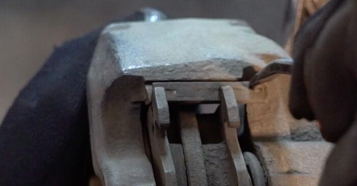 Bremsbeläge beim RENAULT TWINGO 1.2 LPG 2000 selber erneuern - DIY-Manual