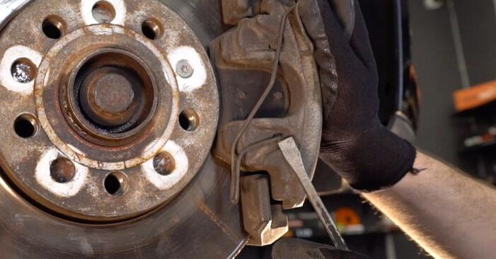 Byt VW TOURAN 2.0 TDI Bromsskivor: guider och videoinstruktioner online