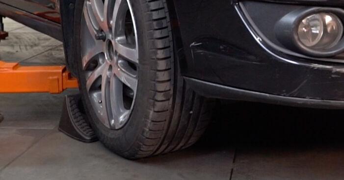 Så byter du VW TOURAN (1T1, 1T2) 1.9 TDI 2004 Bromsskivor – manualer och videoguider att följa steg för steg