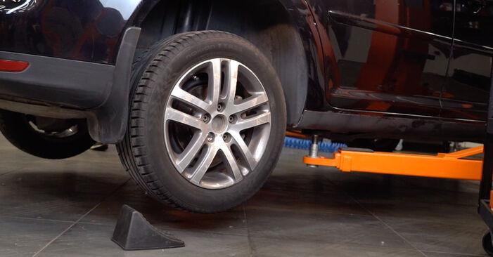 Udskiftning af Bremseklodser på VW TOURAN (1T1, 1T2) 1.4 TSI 2006 ved gør-det-selv
