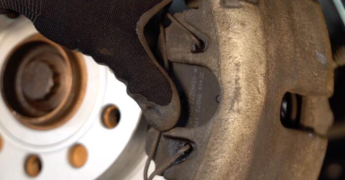 Jak odstranit VW TOURAN 1.6 FSI 2007 Brzdové Destičky - online jednoduché instrukce