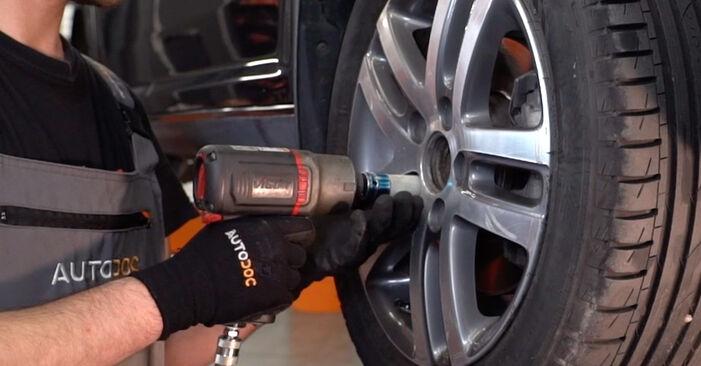 Udskiftning af Bærearm på VW TOURAN (1T1, 1T2) 1.4 TSI 2006 ved gør-det-selv