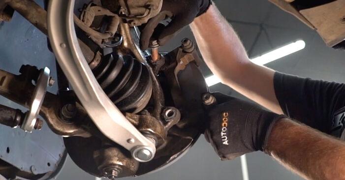 Wie schwer ist es, selbst zu reparieren: Bremsscheiben Audi A4 B6 Avant 1.8 T quattro 2001 Tausch - Downloaden Sie sich illustrierte Anleitungen