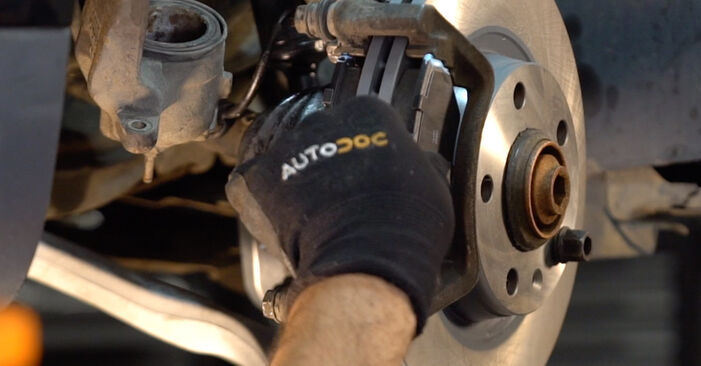 Wie man AUDI A4 Avant (8E5, B6) 1.9 TDI 2001 Bremsbeläge wechselt - Schritt-für-Schritt-Leitfäden und Video-Tutorials