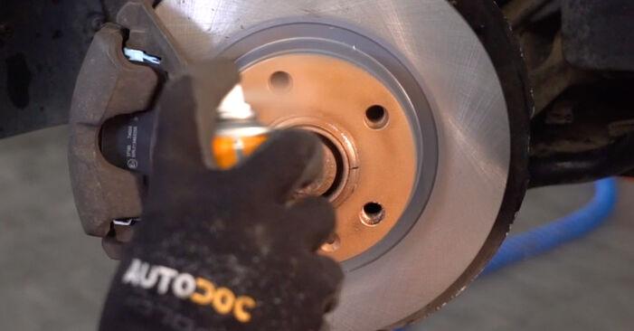 Wie man AUDI A4 2.5 TDI 2004 Bremsbeläge austauscht - Eingängige Anweisungen online