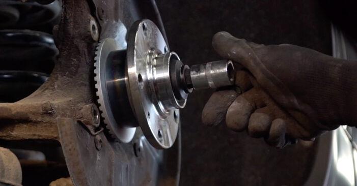 Wie schwer ist es, selbst zu reparieren: Radlager Audi A4 B6 Avant 1.8 T quattro 2001 Tausch - Downloaden Sie sich illustrierte Anleitungen