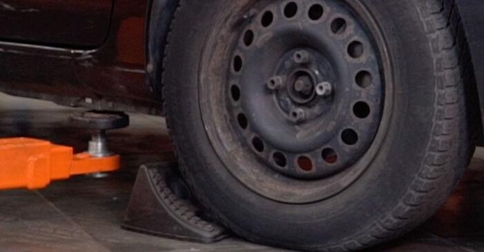 Kaip pakeisti Skersinės vairo trauklės galas la Renault Clio 2 1997 - nemokamos PDF ir vaizdo pamokos