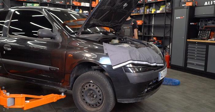Renault Clio 2 1.2 16V 1999 Skersinės vairo trauklės galas keitimas: nemokamos remonto instrukcijos