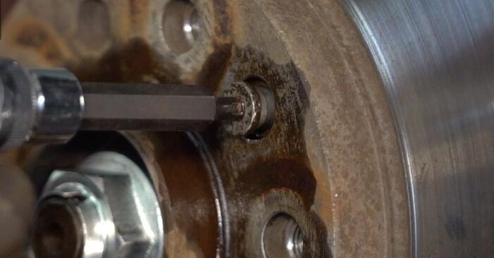 Wie Bremsscheiben OPEL ZAFIRA B (A05) 1.8 (M75) 2006 austauschen - Schrittweise Handbücher und Videoanleitungen