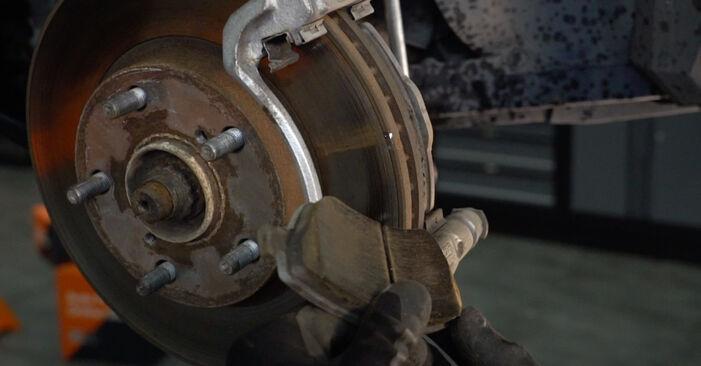 Austauschen Anleitung Bremsbeläge am Toyota Auris e15 2009 1.4 D-4D (NDE150_) selbst