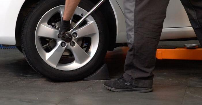 Не е трудно да го направим сами: смяна на Спирачни Накладки на Toyota Auris e15 1.33 Dual-VVTi (NRE150_) 2012 - свали илюстрирано ръководство