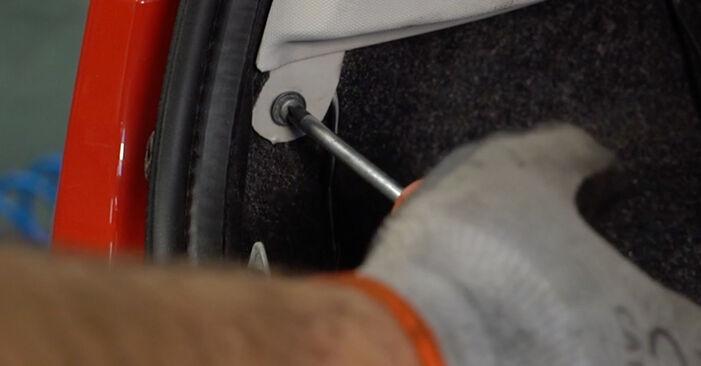 Heckklappendämpfer beim PEUGEOT 107 1.4 HDi 2012 selber erneuern - DIY-Manual