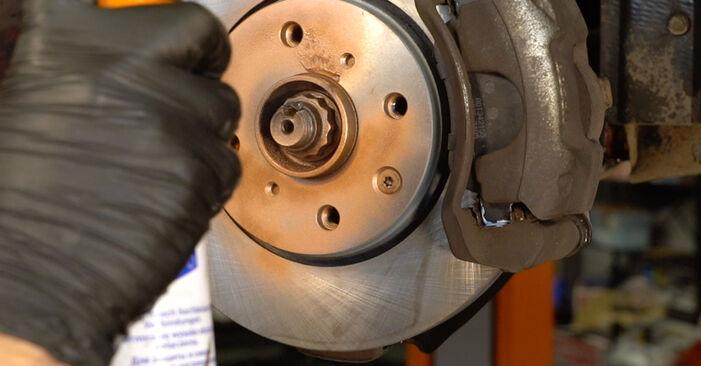 Tausch Tutorial Bremsscheiben am PEUGEOT 107 Schrägheck (PM_, PN_) 2007 wechselt - Tipps und Tricks