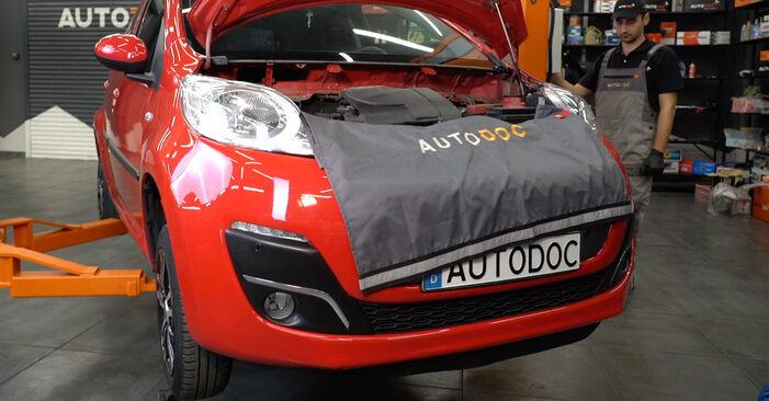 Querlenker PEUGEOT 107 1.0 2007 wechseln: Kostenlose Reparaturhandbücher