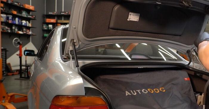 Wie Heckklappendämpfer BMW E39 523i 2.5 1995 tauschen - Kostenlose PDF- und Videoanleitungen