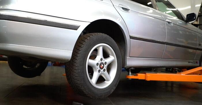 BMW 5 SERIES 523i 2.5 Bremsbeläge ausbauen: Anweisungen und Video-Tutorials online