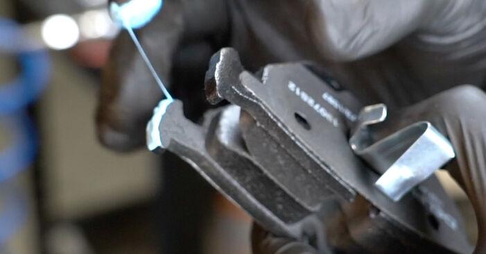 Bremsbeläge beim BMW 5 SERIES 520i 2.2 2002 selber erneuern - DIY-Manual