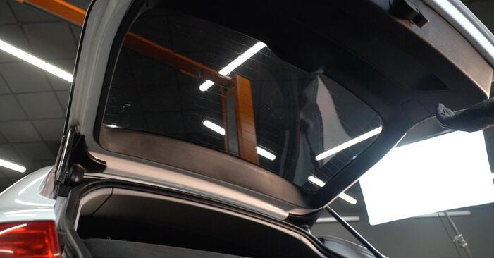 Wie Heckklappendämpfer AUDI A3 Sportback (8PA) 1.9 TDI 2005 austauschen - Schrittweise Handbücher und Videoanleitungen