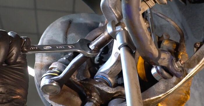 Tauschen Sie Spurstangenkopf beim BMW 5 Limousine (E60) 520i 2.2 2004 selbst aus
