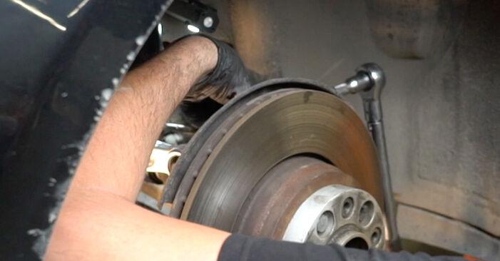 Kuinka vaikeaa on tehdä itse: Alatukivarsi-osien vaihto BMW E60 530i 3.0 2007 -autoon - lataa kuvitettu opas