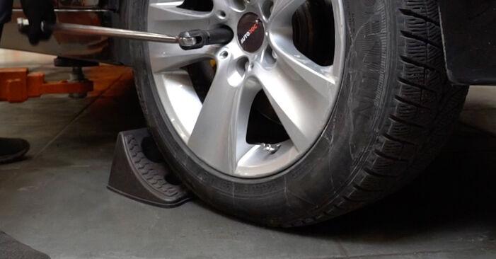 Kaip pakeisti BMW 5 Sedanas (E60) 530d 3.0 2002 Rato guolis - išsamios instrukcijos ir vaizdo pamokos