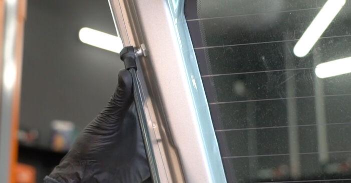 Heckklappendämpfer beim FIAT GRANDE PUNTO 1.3 D Multijet 2015 selber erneuern - DIY-Manual