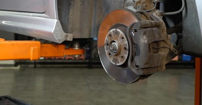 Bremsbeläge am FIAT GRANDE PUNTO (199) 1.9 D Multijet 2013 wechseln – Laden Sie sich PDF-Handbücher und Videoanleitungen herunter
