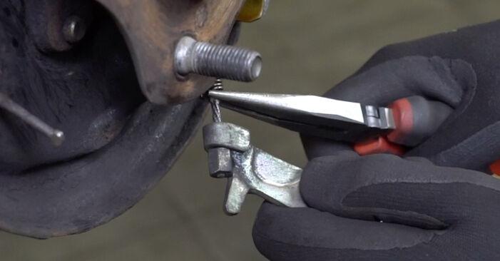 Austauschen Anleitung Bremsbacken am Toyota Yaris p1 2002 1.0 (SCP10_) selbst