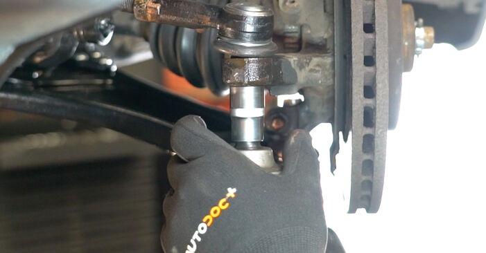 Самостоятелна смяна на OPEL Meriva A (X03) 1.4 16V Twinport (E75) 2009 Накрайник на напречна кормилна щанга - онлайн урок