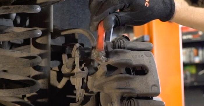 Wie schwer ist es, selbst zu reparieren: Bremsscheiben Ford Focus DAW 2.0 16V 2004 Tausch - Downloaden Sie sich illustrierte Anleitungen