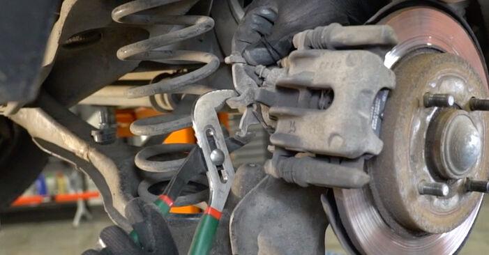 Wie schwer ist es, selbst zu reparieren: Bremsbeläge Ford Focus Mk1 2.0 16V 2004 Tausch - Downloaden Sie sich illustrierte Anleitungen