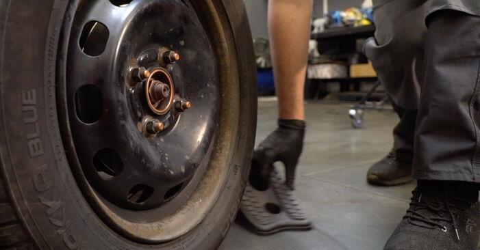Bremsbeläge beim FORD FIESTA 1.25 2015 selber erneuern - DIY-Manual