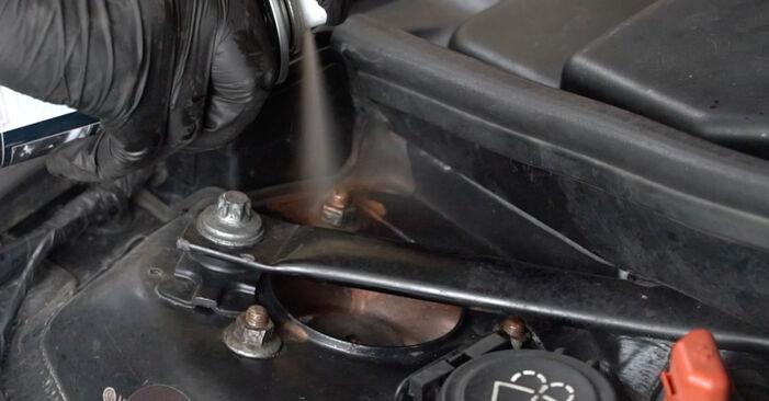 Mennyire nehéz önállóan elvégezni: BMW E82 120i 2.0 2007 Toronycsapágy cseréje - töltse le az ábrákat tartalmazó útmutatót