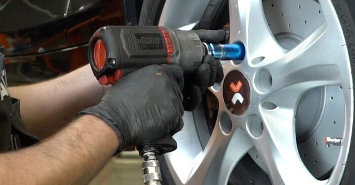 Querlenker beim BMW 1 SERIES 120d 2.0 2007 selber erneuern - DIY-Manual