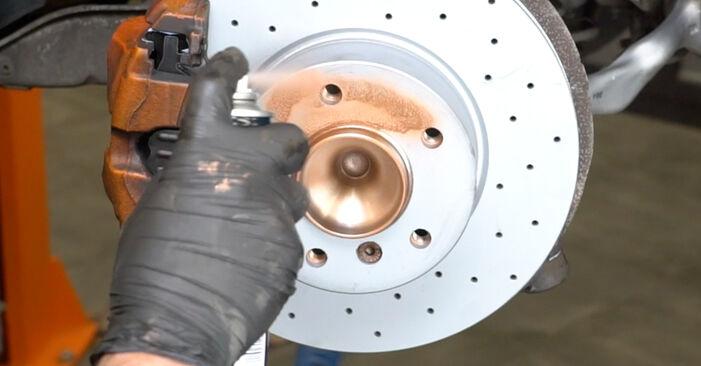 Wie Bremsscheiben BMW 1 Coupe (E82) 123d 2.0 2007 austauschen - Schrittweise Handbücher und Videoanleitungen