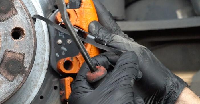Tausch Tutorial Bremsscheiben am BMW 1 Coupe (E82) 2010 wechselt - Tipps und Tricks