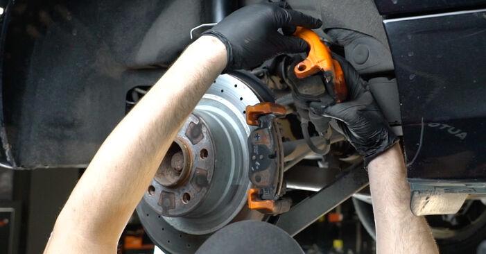 Schritt-für-Schritt-Anleitung zum selbstständigen Wechsel von BMW E82 2011 125i 3.0 Bremsscheiben