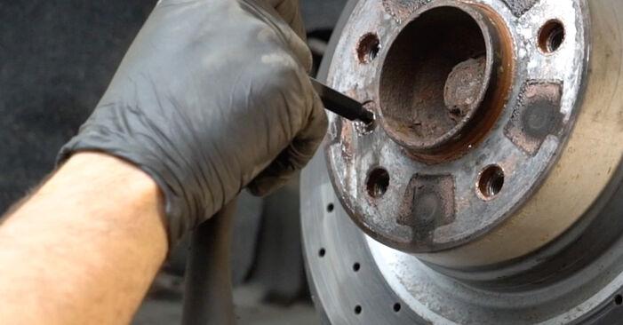 Wie BMW 1 SERIES 125i 3.0 2010 Bremsscheiben ausbauen - Einfach zu verstehende Anleitungen online