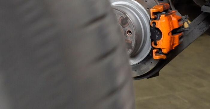 Bremsscheiben beim BMW 1 SERIES 120d 2.0 2013 selber erneuern - DIY-Manual