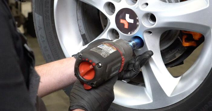Ar sudėtinga pasidaryti pačiam: BMW E82 120i 2.0 2006 Stabdžių Kaladėlės keitimas - atsisiųskite iliustruotą instrukciją