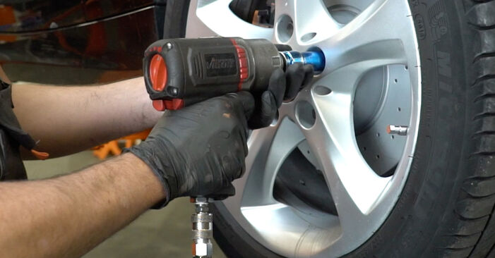 BMW 1 SERIES 123d 2.0 Wheel Bearing replacement: online guides and video tutorials